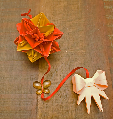 Kusudama de Tomoko Fuse em móbile decorativo