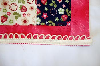 Costure a renda no lado direito do patchwork